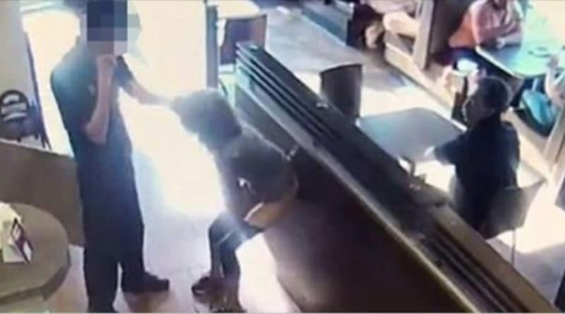 Εικόνες αηδίας σε καφετέρια: Γυναίκα κάνει την... ανάγκη της μέσα στο μαγαζί και τα πετάει στον σερβιτόρο! (video)