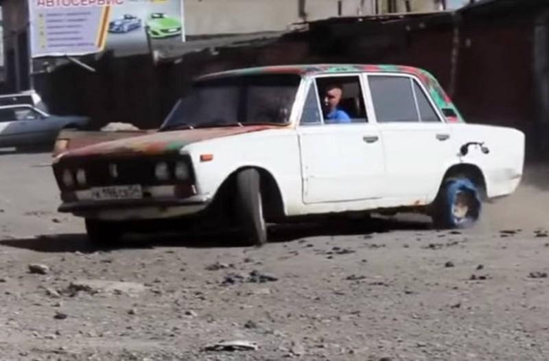 Απίστευτο πείραμα: Αντικατέστησε τα ελαστικά στο Lada του με… ηλεκτρική ταινία και το αποτέλεσμα είναι εκπληκτικό! (Video)