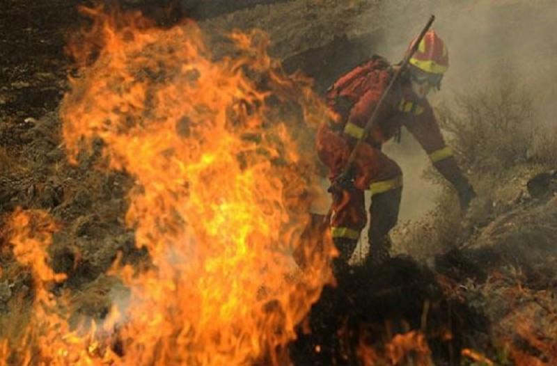 Φωτιά στη Σητεία: Κινδύνευσαν πυροσβέστες από τις φλόγες!