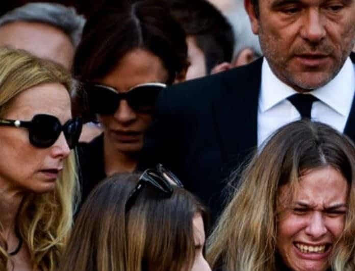 Δήμητρα Ματσούκα: Συντετριμμένη στο πλευρό του Πέτρου Κόκκαλη στη κηδεία του Σωκράτη!