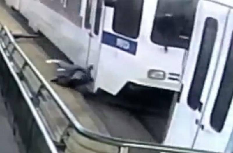 Συγκλονιστικό βίντεο: Άντρας παρασύρεται από τρένο