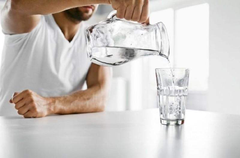 Πρέπει ή όχι να πίνουμε 8 ποτήρια νερό την ημέρα;