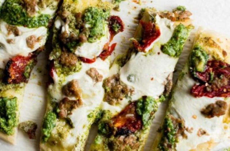 Συνταγή για ζεστό ψωμάκι με λουκάνικα και σάλτσα πέστο!