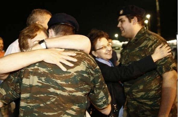 Συγκινεί η διερμηνέας των Ελλήνων στρατιωτικών για τη στιγμή της απελευθέρωσης: «Όταν μας το είπαν, αγκαλιαστήκαμε» (video)