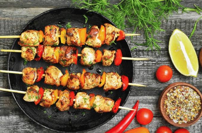 Σουβλάκι κοτόπουλο με λαχανικά