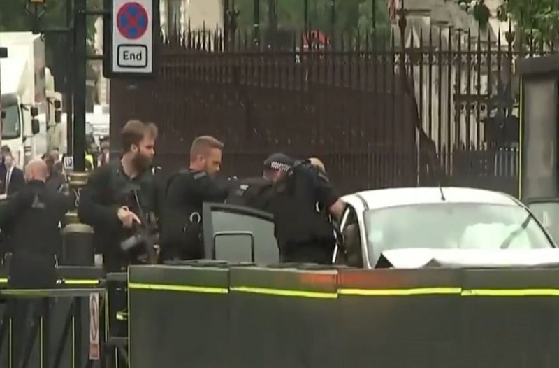 Συναγερμός στο Λονδίνο: Αυτοκίνητο έπεσε στις μπάρες του Κοινοβουλίου!