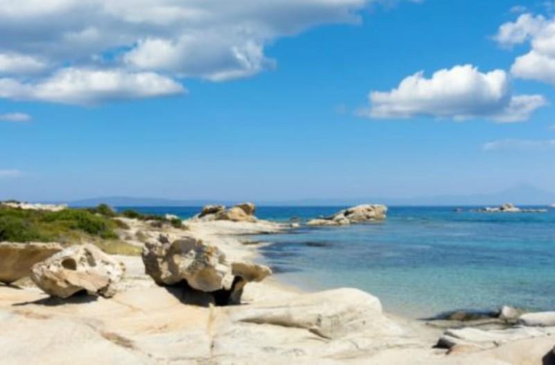 Αυτό είναι το ελληνικό νησί που έχει ζεστά νερά και καθόλου κύματα όλο το χρόνο!