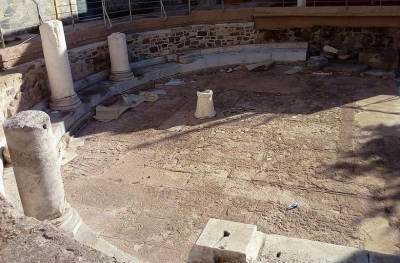 Μυστήριο στη Λέσβο: Άγνωστοι κατέστρεψαν υστερορωμαϊκό οικοδόμημα με έλαια από αναμμένα κεριά!