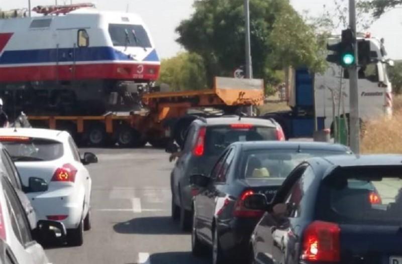 Θεσσαλονίκη: Τρένο «έκανε» βόλτα στους δρόμους!