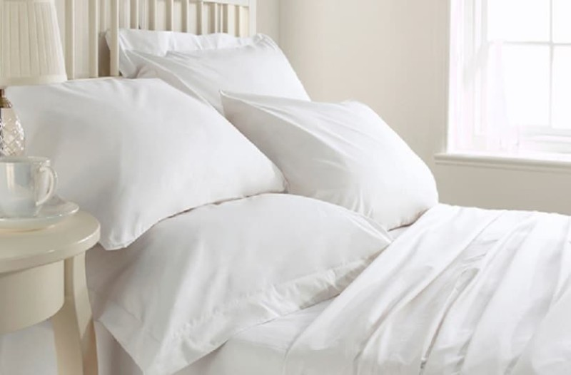 Ένα εύκολο κόλπο για να κάνεις και πάλι ολόλευκα τα κιτρινισμένα μαξιλάρια!
