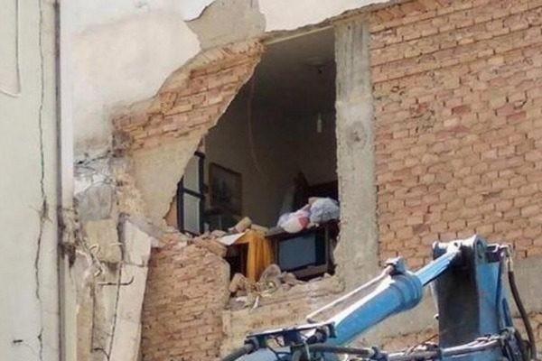 Απίστευτη γκάφα στην Πάτρα: Γκρέμισαν λάθος σπίτι με τον ιδιοκτήτη μέσα!