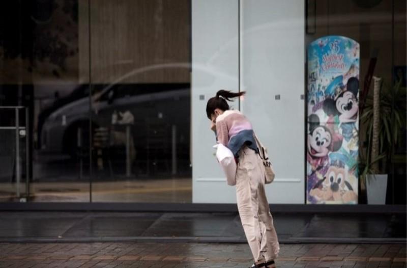 Απίστευτο βίντεο: Δείτε τον τυφώνα Τράμι να σαρώνει την Ιαπωνία!