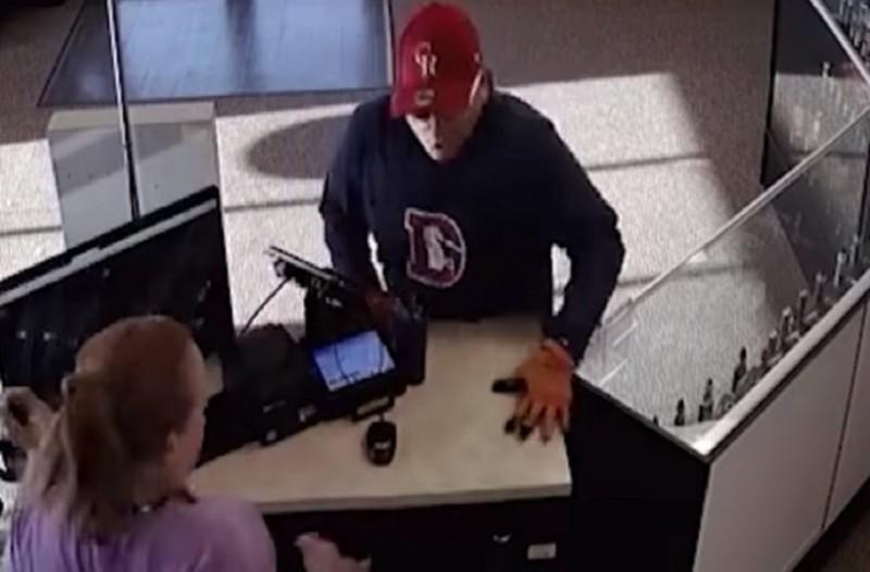 Ληστής έγινε ρεζίλι: Του έπεσε το όπλο και το παντελόνι! (video)