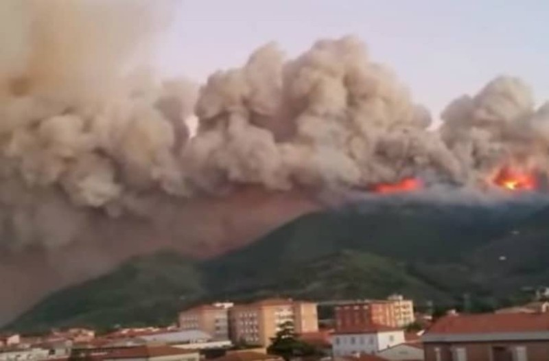 Πύρινη λαίλαπα στην Ιταλία: Εκατοντάδες εγκατέλειψαν τα σπίτια τους!