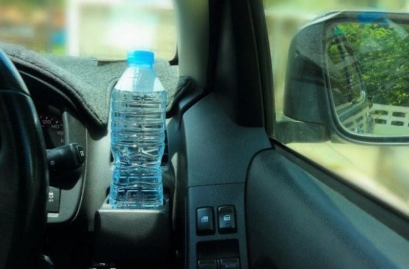 Μεγάλος κίνδυνος: Μην αφήνετε πλαστικά μπουκάλια με νερό στο αυτοκίνητο!