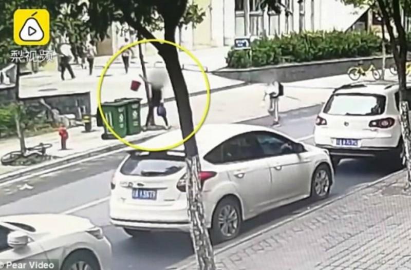 Εικόνες σοκ στην Κίνα: Γυναίκα πετά νεογέννητο μέσα στα σκουπίδια!