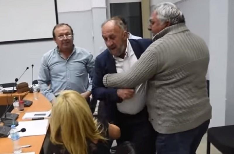 Τρίκαλα: Άγριος καβγάς σε συμβούλιο με λιποθυμίες! (Video)