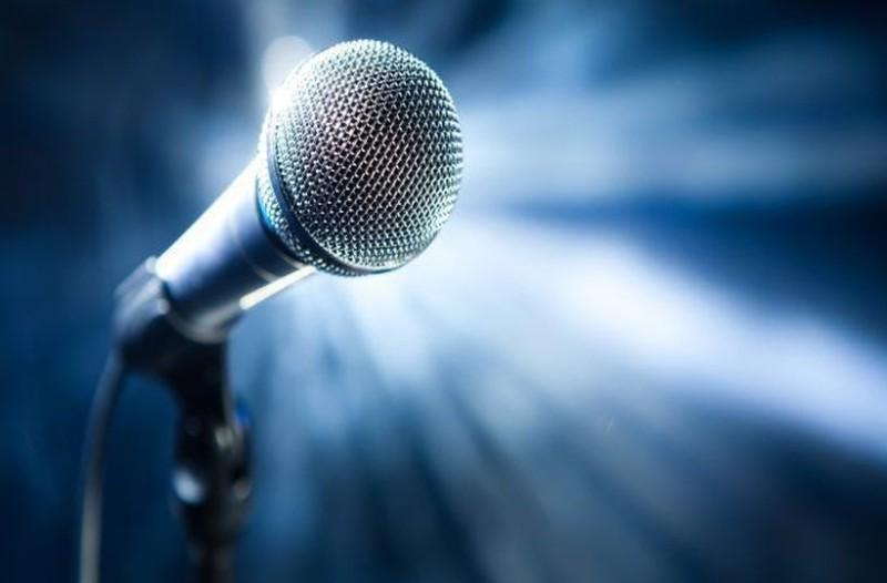 Σοκ στην ελληνική showbiz: Πέθανε γνωστός Έλληνας τραγουδιστής!