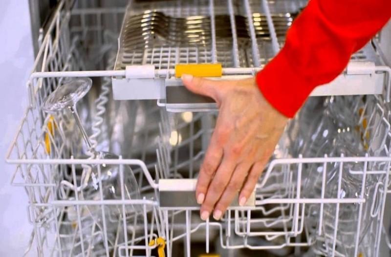 Ένα εύκολο κόλπο για να καθαρίσεις γρήγορα το πλυντήριο πιάτων!