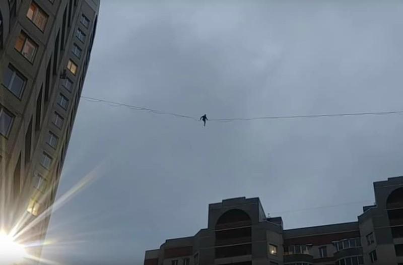 Απίστευτο! Σχοινοβάτης διασχίζει τον κεντρικό δρόμο στην Αγία Πετρούπολη!