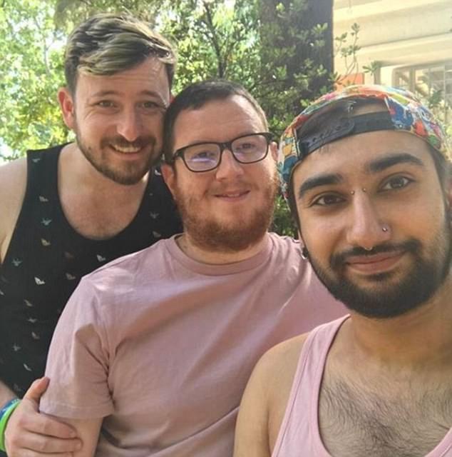 Μητέρα αποδέχθηκε την σχέση του γιου της με 2 άντρες και λέει πως είναι μια περήφανη πεθερά! - LGBT News