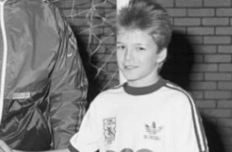 Τον αναγνωρίσατε; Ο πιτσιρικάς της φωτογραφίας είναι κούκλος πρώην ποδοσφαιριστής!