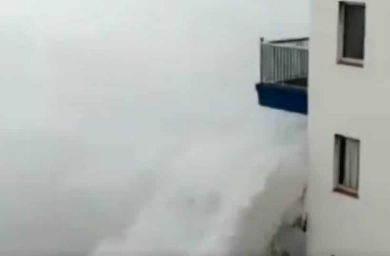 Απίστευτο βίντεο: Γιγάντιο κύμα «καταπίνει» πολυκατοικία!