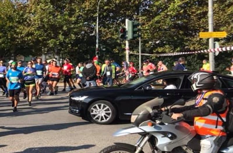 Καραγκιοζιλίκια από τον Ηλία Ψινάκη: Σταμάτησε τον Μαραθώνιο για να περάσει με το αυτοκίνητό του! (photos)