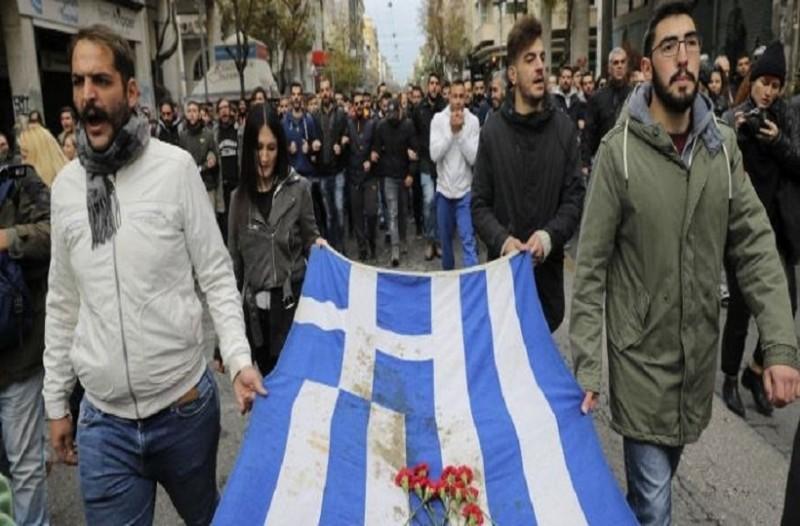 Η αιματοβαμμένη σημαία του Πολυτεχνείου στην κεφαλή της πορείας! (photos)