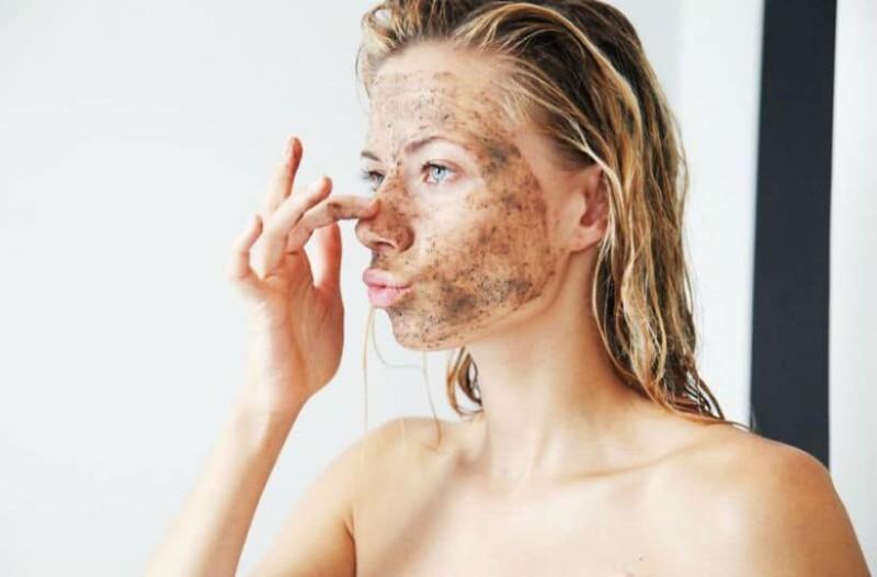 Κορίτσια δώστε βάση: Αυτό είναι το scrub που θα σας κάνει τέλεια επιδερμίδα στο λεπτό!