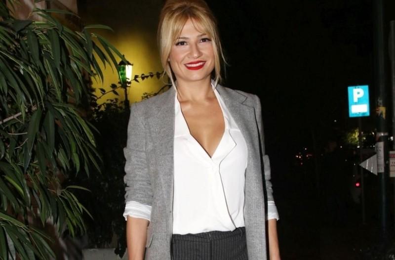 Φαίη Σκορδά: Αντέγραψε το look της παρουσιάστριας και ανέδειξε τo oversized πουλόβερ σου!