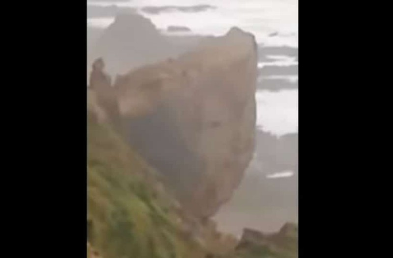 Βίντεο σοκ: Η στιγμή που τεράστιος βράχος πέφτει σε παραλία!