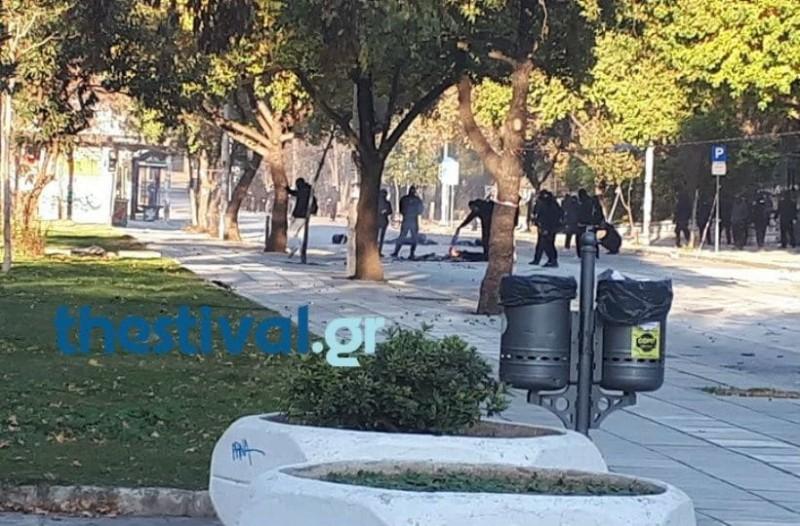 Θεσσαλονίκη: Κουκουλοφόροι έκαψαν την ελληνική σημαία! (photo+video)
