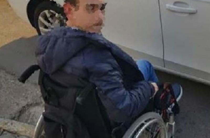 Γλυφάδα: Ντροπή! Ανήλικος σε αναπηρικό αμαξίδιο περίμενε επί 45 λεπτά σε μπλοκαρισμένη διάβαση