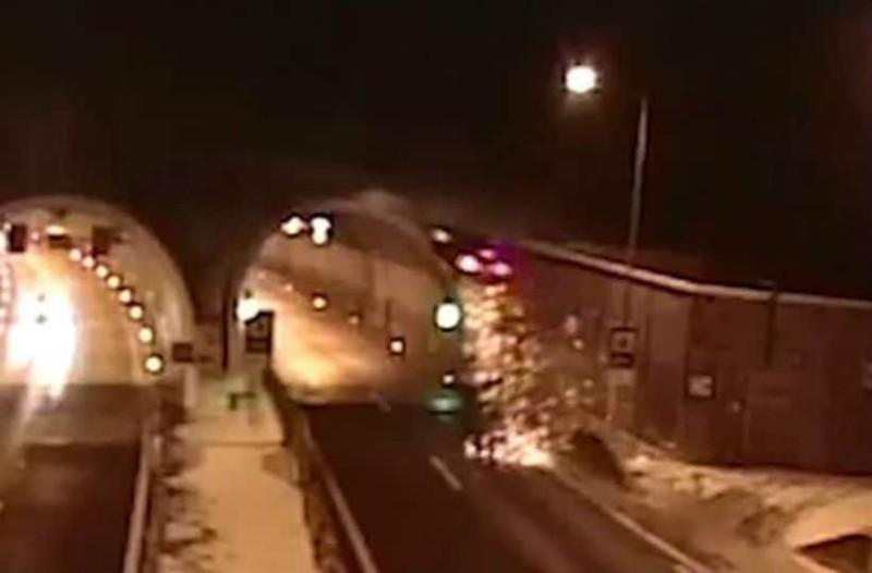 Τροχαίο σοκ: Αυτοκίνητο τρακάρει και καρφώνεται σε τούνελ! (video)