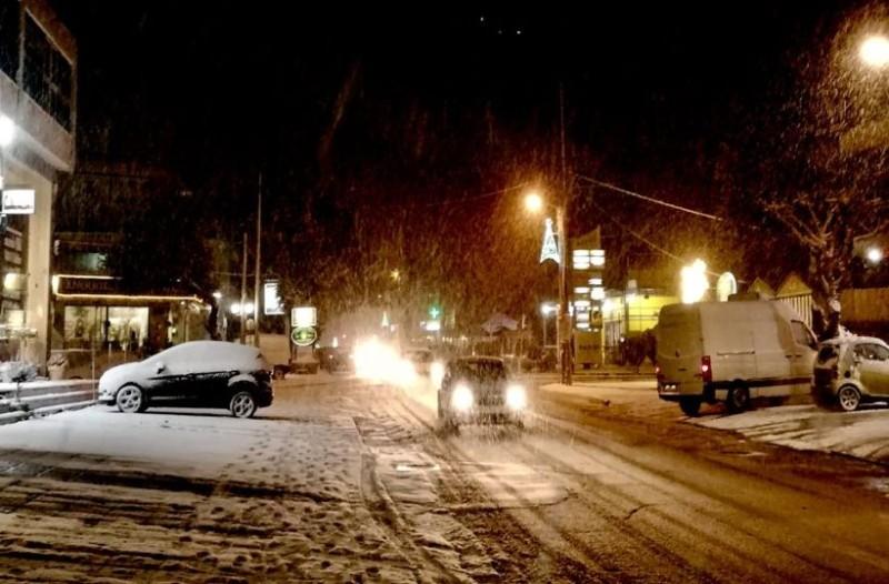 Στα λευκά η Αττική: Νύχτα με χιόνια στα προάστια της Αθήνας! (photos)
