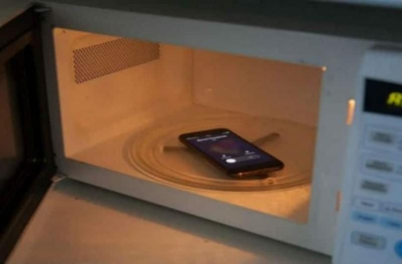 Τι θα συμβεί αν βάλεις το κινητό σου στον φούρνο μικροκυμάτων και το καλέσεις; (video)