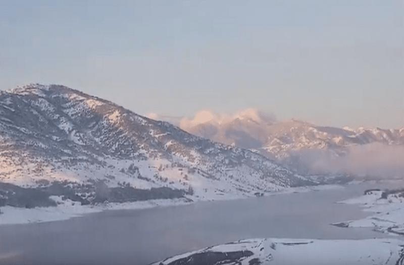 Μαγικές εικόνες: Η λίμνη Σμοκόβου έγινε... γυαλί και πάγωσε τελείως! (Video)