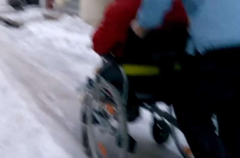 Θεσσαλονίκη: Άτομο με αναπηρία πασχίζει να διασχίσει παγωμένο δρόμο (video)