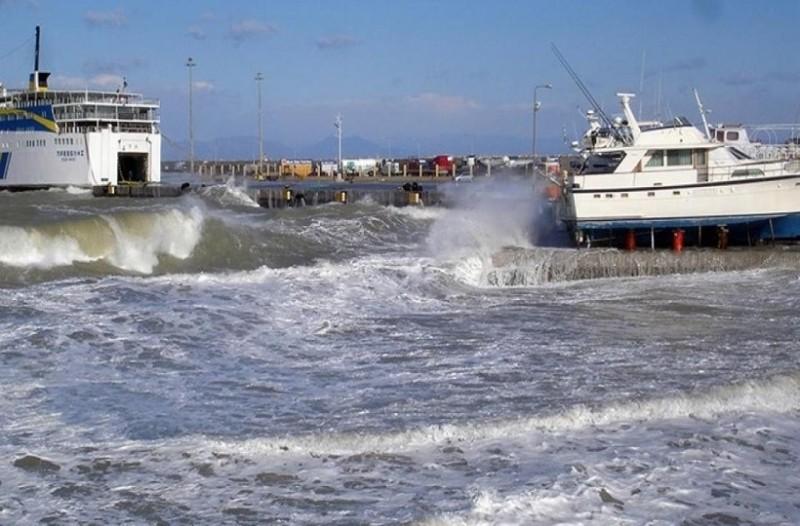 Οι ισχυροί άνεμοι έχουν προκαλέσει προβλήματα στις ακτοπλοϊκές συγκοινωνίες!