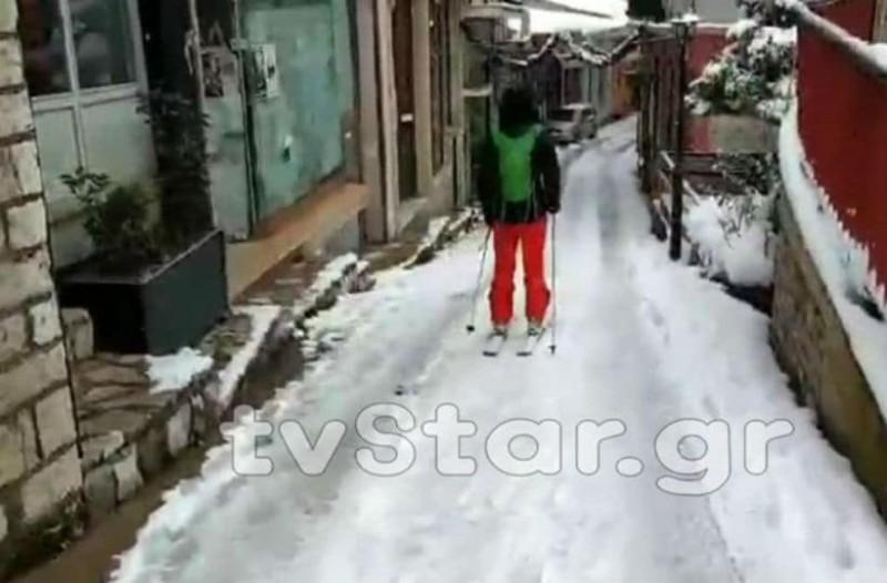 Καρπενήσι: Φόρεσε τα πέδιλα του σκι και ξεκίνησε την βόλτα του! (video)