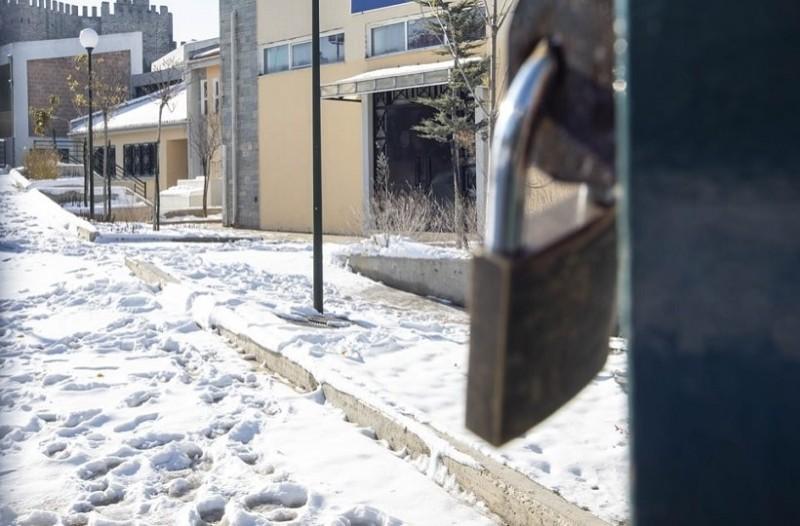 Ποια σχολεία θα παραμείνουν κλειστά σήμερα και σε ποια θα ξεκινήσει αργότερα το μάθημα;