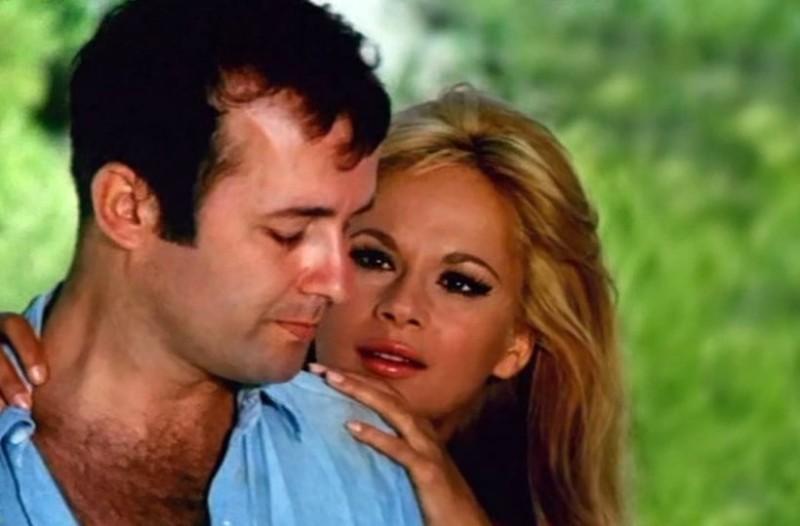 Αλίκη Βουγιουκλάκη: Η προκλητική πόζα μετά το διαζύγιο με τον Παπαμιχαήλ και οι γυμνές φωτογραφίες που απέσυρε από το περιοδικό