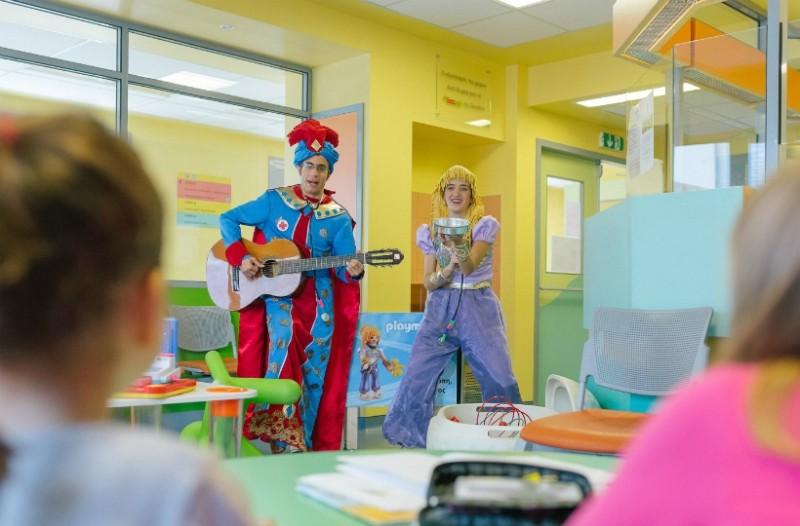 Οι δυο «μαγικοί παιδίατροι» της Playmobil μοιράζουν χαρά σε παιδιά που δίνουν μάχες