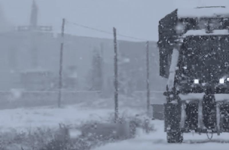 Τρικαλινός δεν... καταλαβαίνει από κακοκαιρία! - Με σφοδρή χιονόπτωση μαζεύει βαμβάκι! (Video)