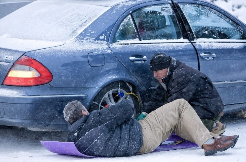 Σας αφορά: Πώς να βάλετε σωστά και γρήγορα αντιολισθητικές αλυσίδες στο αυτοκίνητο!