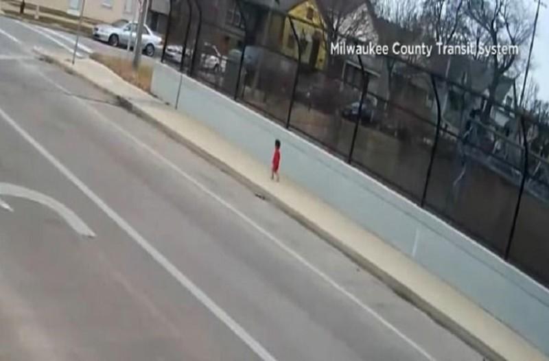 Ηρωίδα οδηγός λεωφορείου: Σταμάτησε στη μέση του δρόμου για να σώσει αβοήθητο μωρό