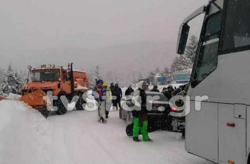 Παρ' ολίγον τραγωδία στον Παρνασσό: Λεωφορείο με 50 επιβάτες ξέφυγε από την πορεία του