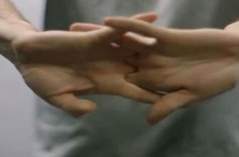 Ερευνητές ανακάλυψαν γιατί τα δάχτυλα κάνουν θόρυβο όταν τα τραβάμε!