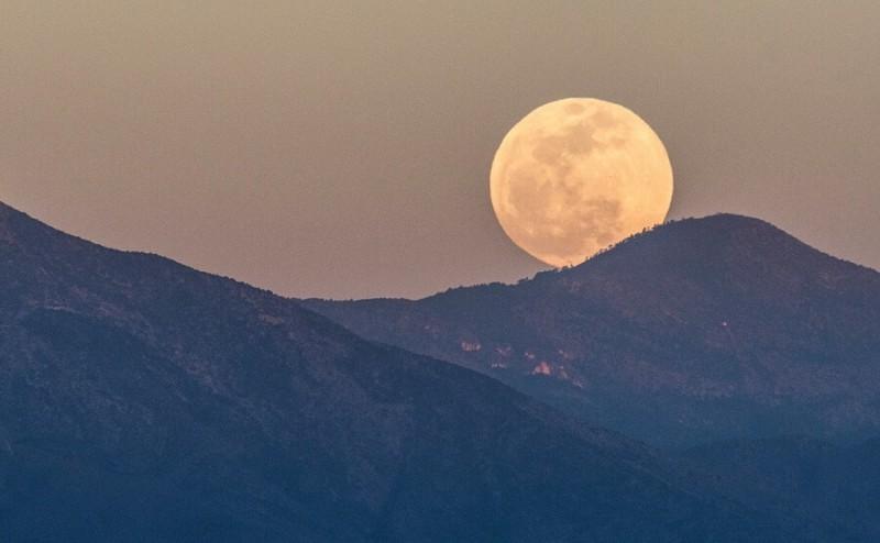 Εντυπωσιακές εικόνες: Ολική έκλειψη Σελήνης και πανσέληνος! - Οικονομία -  Athens magazine